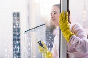 כמה עולה ניקוי חלונות בבית
